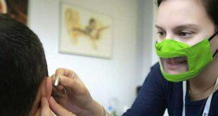 Ελληνική πατέντα δίνει τη λύση διεθνώς: Μάσκες με διαφάνεια στο στόμα διευκολύνουν βαρήκοους και κωφούς